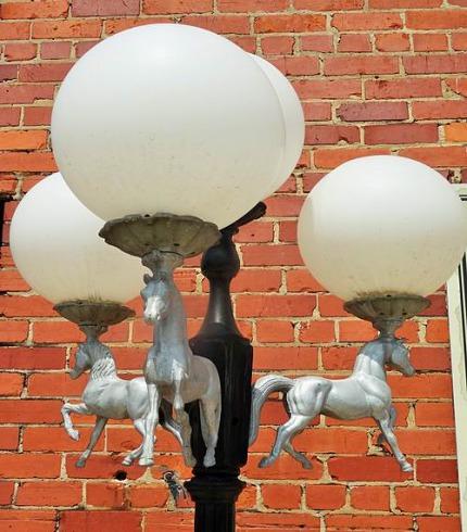 Des lampadaires originaux dans les Stockyards de fort worth au Texas pendant un voyage aux USA en famille