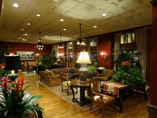 Salon du Stockyards Hotel à Fort Worth lors d'un voyage en famille aux USA