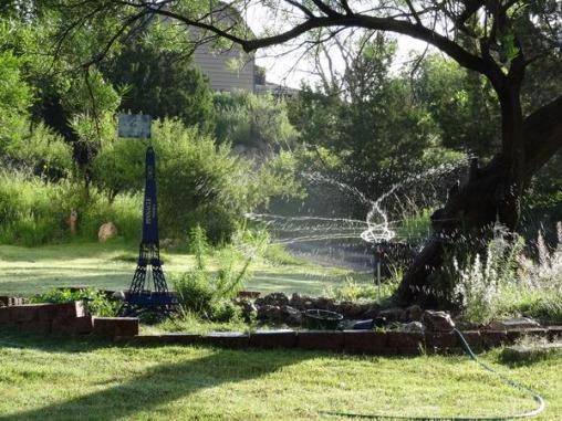 Une tour Eiffel dans un jardin près du Starlight Canyon Retreat au Texas lors d'un voyage aux USA en famille