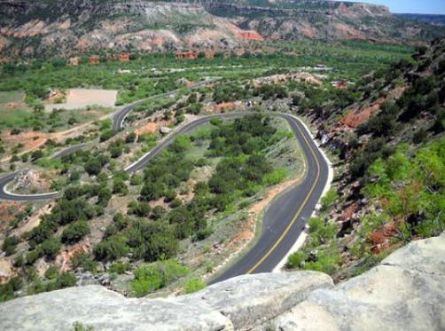 Descente en voiture dans le Palo Duro Canyon au Texas pendant un voyage aux Etats-Unis en famille