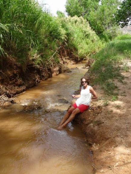 Détente des pieds dans la Red River à découvrir lors d'un voyage en Amérique en famille