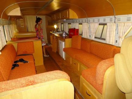 intérieur d'une caravane de 1955 à visiter lors d'un voyage en Amérique en famille