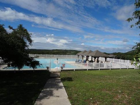 Piscine immense au Silver Spur Ranch au Texas pour se baigner lors d'un voyage aux USA en famille