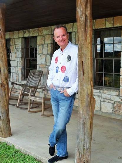 Tenue de cowboy pour diner au cours d'un voyage en Amérique en famille