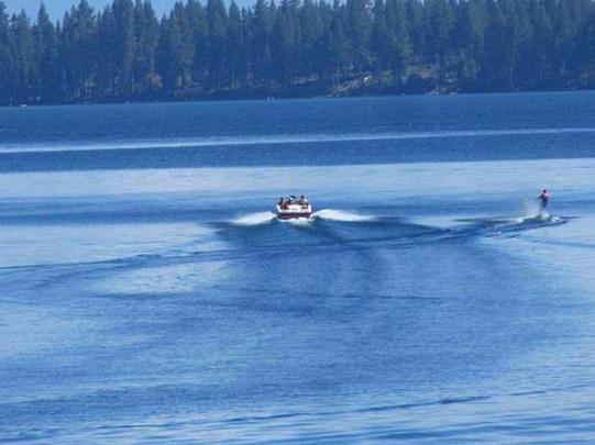 Ski nautique sur Lake Tahoe aux Etats-Unis en Californie à faire pendant un voyage en Amérique en famille
