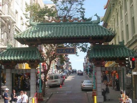 Porte d'entrée dans Chinatown à San Francisco à San Francisco en californie aux etats-unis à visiter pendant un voyage en amérique usa en famille