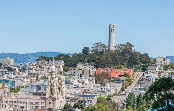Coit tower à San Francisco en californie aux usa à visiter lors d'un voyage aux etats-unis en famille