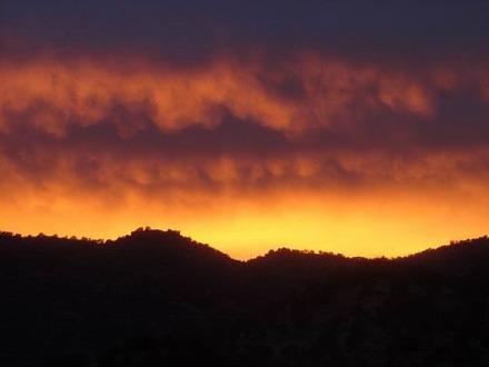 Le ciel s'enflamme le soir à Three Rivers en Californie aux USA à voir pendant un voyage aux Etats-Unis en famille