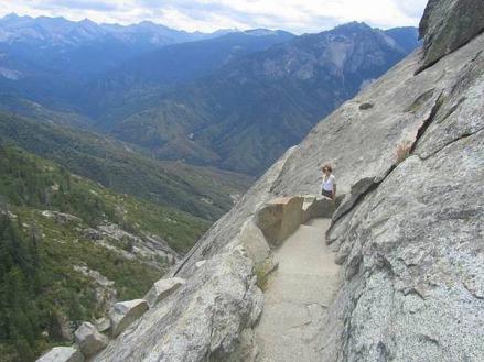 Chemin pour gravir le Moro Rock à Sequoia Park en Californie aux USA à voir au cours d'un voyage aux Etats-Unis en famille