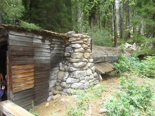 Cabane de pionnier creusée dans le tronc d'un sequoia mort de Sequoia National Park en Californie aux USA à voir au cours d'un voyage en Amérique en famille