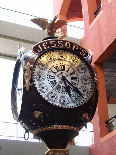 La Jessop's Clock dans le Horton Plaza Downtown de San Diego en californie aux Etats-unis à parcourir lors d'un voyage
