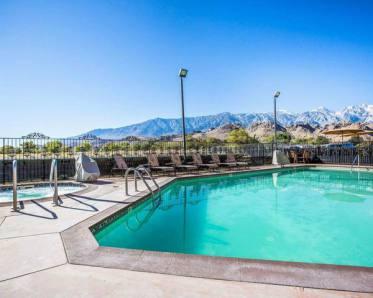 La piscine du Comfort Inn Lone Pine