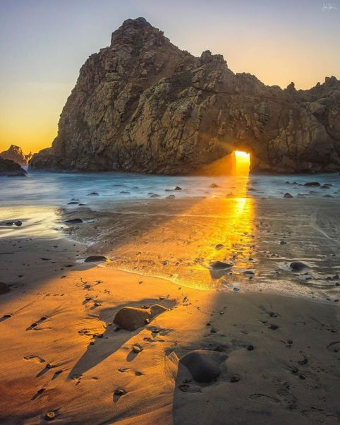 Le rocher percé de la Pfeiffer Beach sur Big Sur